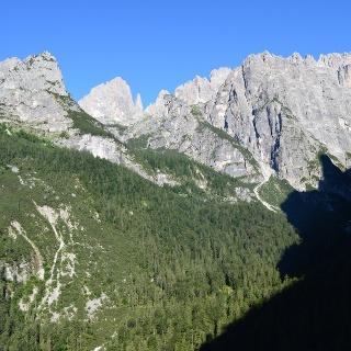 Blick auf die Brenta Dolomiten von dem Pfad zur Hütte Croz dell'Altissimo