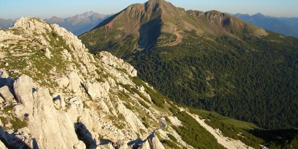 Blick vom Weißhorn (2.317m) zum Schwarzhorn (2.439m)