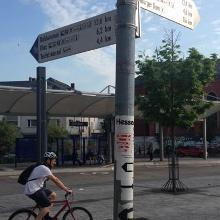 LAWA-Wegweiser auf dem Bahnhofsvorplatz in Limburg