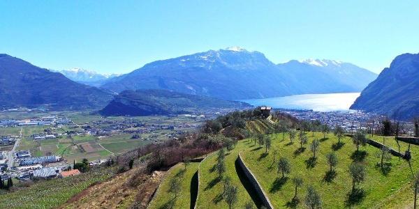 Die landwirtschaftlichen Terrassen in Tenno, mit Blick über den Gardasee