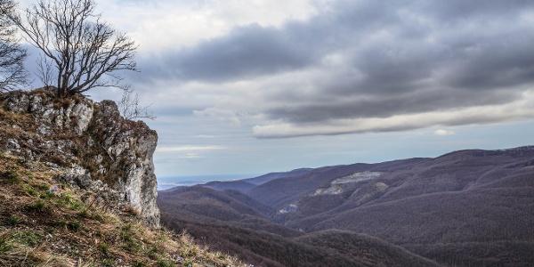 A sziklát mesés sziklagyep keretezi