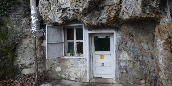 A Sólyom-kői barlangszállás bejárata