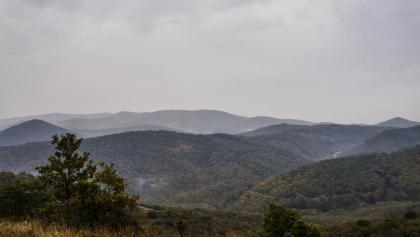 Völgy völgy hátán - nyugtalan tájra látunk rá