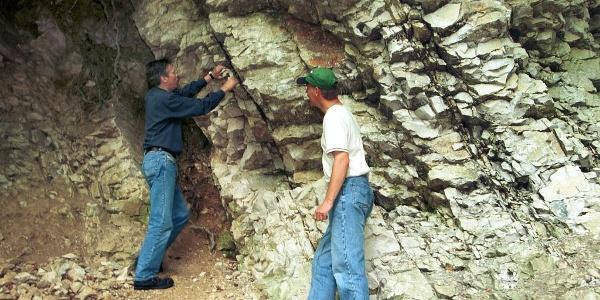 Was hier am Freeden ziemlich schräg vor uns steht, sind Gesteinsschichten, die vor rund 90 Millionen Jahren (in der oberen Kreidezeit) am Grunde eines Meeres entstanden.