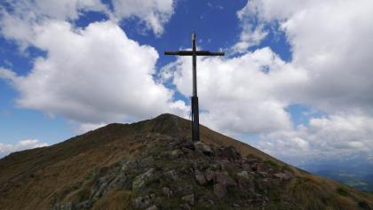 Gipfelkreuz des Il Palone; dahinter das Schwarzhorn