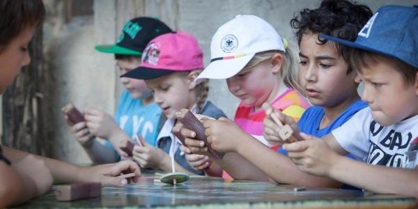 """Die """"Offene Werkstatt für Familien"""" bietet jeden Sonntag Mitmachangebote für die ganze Familie. Während der Oster-, Pfingst-, Sommer- und Herbstferien in Baden-Württemberg gibt es ein abwechslungsreiches Ferienprogramm mit täglichen Mitmachaktionen. So können sich die kleinen Museumsgäste beispielsweise Kreisel bauen."""