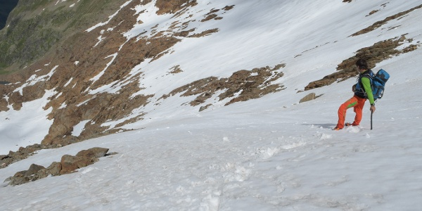 Viele Schneefelder beim Abstieg zur Bremer Hütte