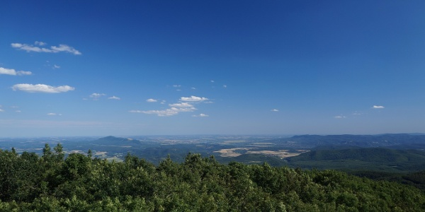 Jobbra a Visegrádi-hegység, balra a Pilis mészkövéből felépülő Naszály