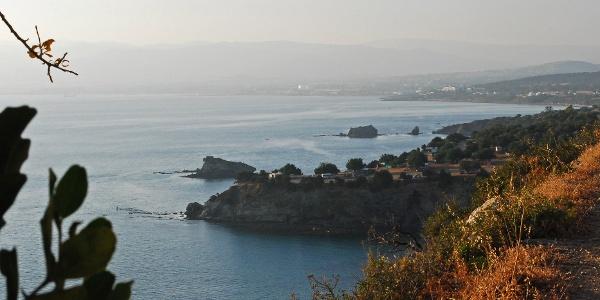 """Der Wohnmobilpark bei den """"Baths of Aphrodite"""" an der Chrysochou Bay mit Latsi und Polis im Hintergrund"""