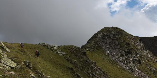 Über den Bergrücken geht es zum Gipfel