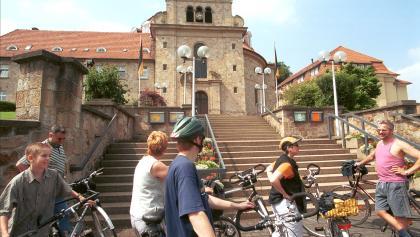 Ein bisschen Rom in Holzhausen: Der Architekt hat das Gebäude damals einer römischen Kirche nachempfunden. Wenig römisches haben die Steine an sich, die für die Außenmauern verwendet wurden: Kein edler Marmor, sondern solider Sandstein wurde hier verbaut. Und zwar 300 Millionen Jahre alter Ibbenbürener Sandstein.