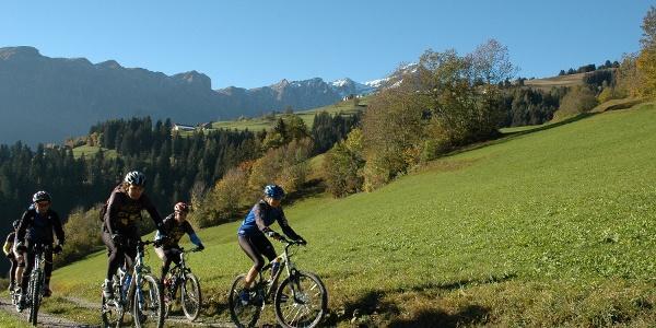 Biker am Heinzenberg mit Piz Beverin