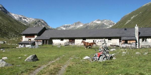 stattliche Bauten auf der Alp Funtauna