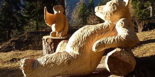 Holzskulptur entlang des Weges