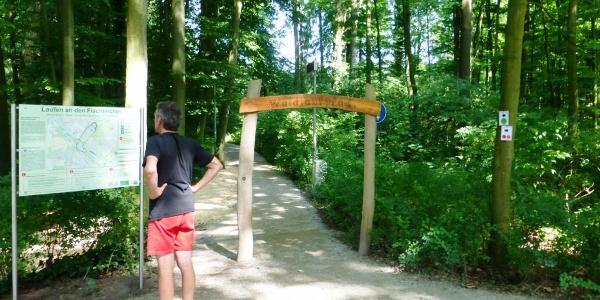 Eingangsportal des Waldsportpfads Fischteiche