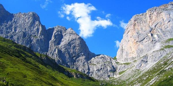 Das Schweizertor mit dem Schweizeregg (rechts)