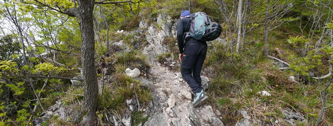 Über zerklüfteten Fels geht es bergauf zum Einstieg in den Sentiero Fausto Susatti