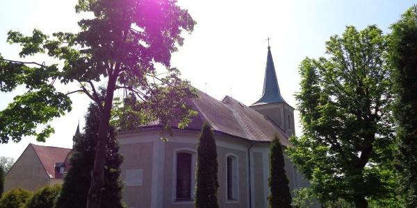 Kirche in Medenec an Kammtour Erzgebirge und Radmagistrale Erzgebirge