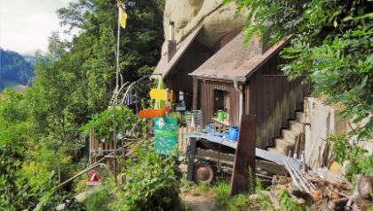 Die erste Felswohnung, die man unterhalb dem Garten passiert.