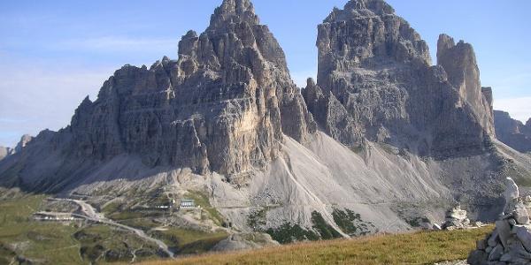 die Südseite der Drei Zinnen mit Auronzohütte vom Bonacossaweg aus gesehen