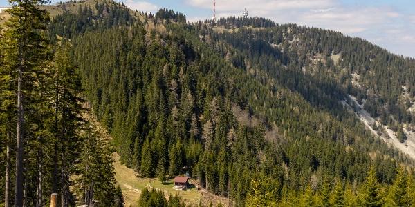 Joe Doppelreiter Hütte am Fuße des Erzkogel (1504 m), im Hintergrund die Antennen am Sonnwendstein