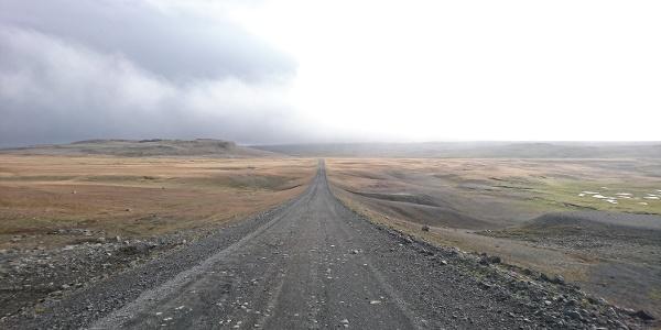Ein malerischer Highway lädt zur Erkundungstour durch Island ein.