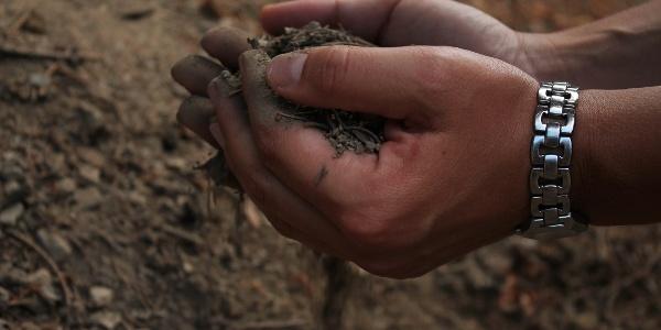 Erde rinnt durch die Finger