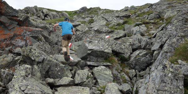 Dieses Geröllfeld, über das der gut markierte Weg verläuft, bildet das einzige Hindernis auf dem Weg zum Gipfel.