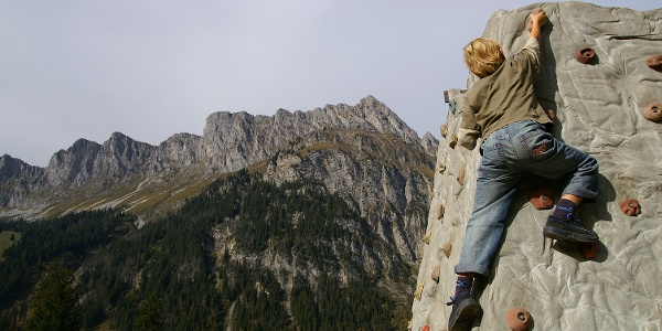 Kraxelspass an der Kletterwand.