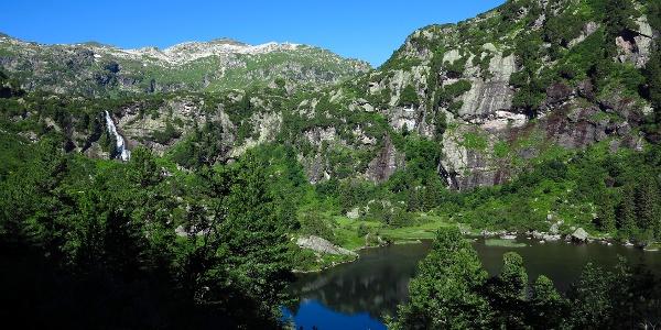 Unterer Murgsee mit Wasserfall.