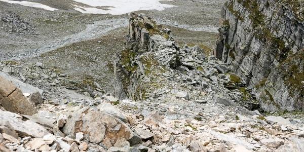 Blick vom Passo Soreda zurück in die Aufstiegsrinne. Der steile Weg beginnt am Fuß der rechten Felswand und kommt links des Felsriegels hinauf