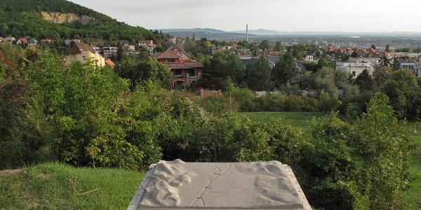 Balra a Mátyás-hegy, a távolban a Pilis keleti előtere