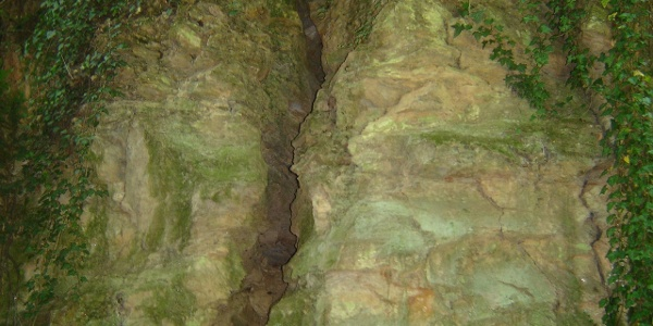 Tektonikai törések is megfigyelhetőek az Ördögárokban