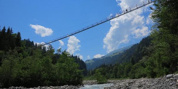 Die Hängebrücke Hostalde über dem Fluss Engstlige.