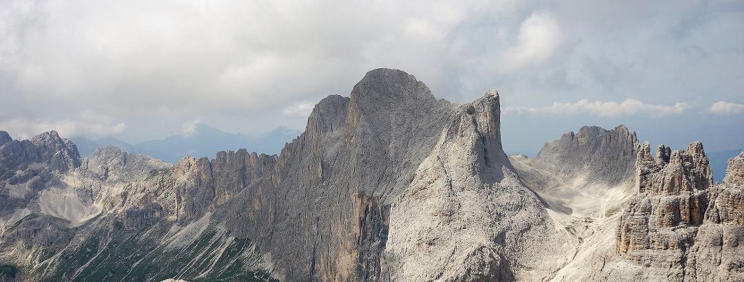 Rosengartenspitze; erkennbar ist der spitze nördliche Vorgipfel und der Hauptgipfel mit Gipfelkreuz
