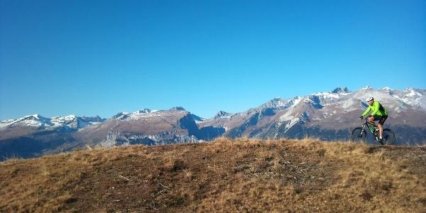 Rhäzünser Alp mit Blick zur gegenüberliegenden Flimser Bergwelt