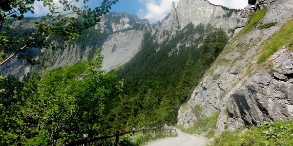 Abfahrt durch spektakuläre Landschaft