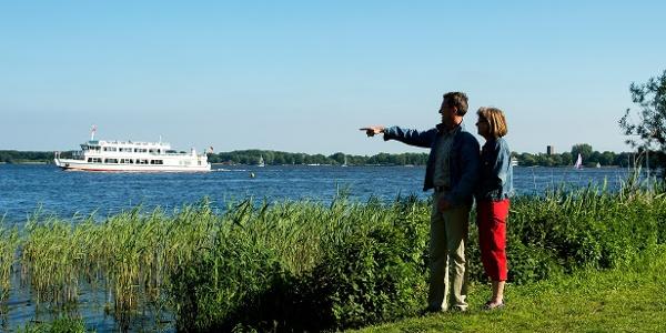 Blick auf Zwischenahner Meer mit der Weissen Flotte im Hintergrund