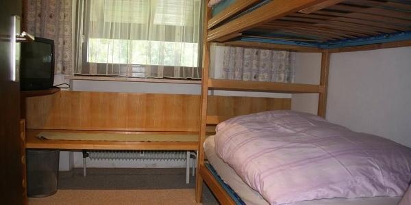 Kleines Schlafzimmer mit Stockbetten