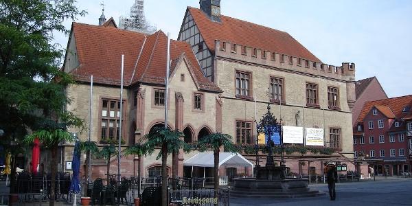 Das Alte Rathaus mit dem Gänseliesel im Vordergrund