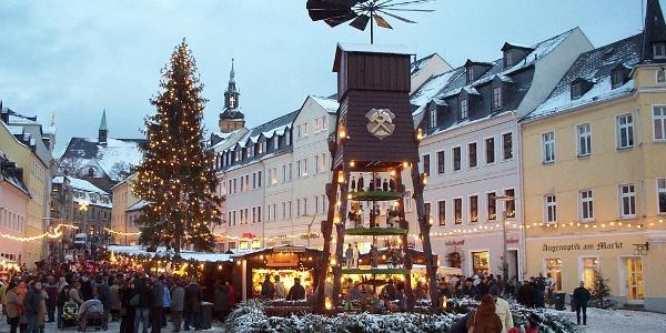 Markt Schneeberg mit Pyramide und Weihnachtsbaum