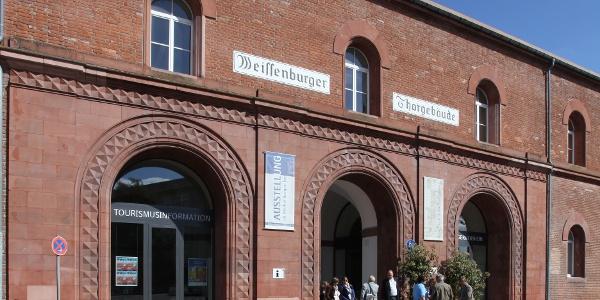 Weißenburger Torgebäude mit Tourist Information