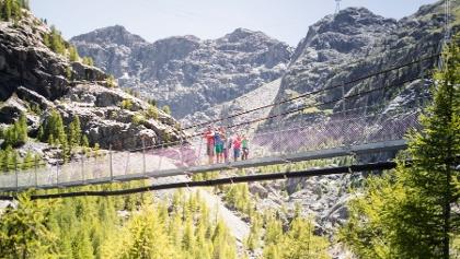 L'un des moments phare de la randonnée: la traversée du pont suspendu