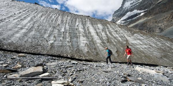 Chemin à thème le long du glacier