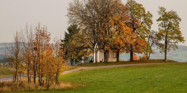 In der Ferne: Die Kapelle zum Hl. Hermann Josef, Hüngersdorf