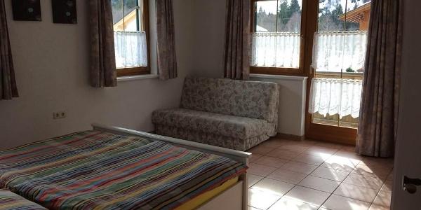 Doppelzimmer 2 mit Kleiderkasten und Couch