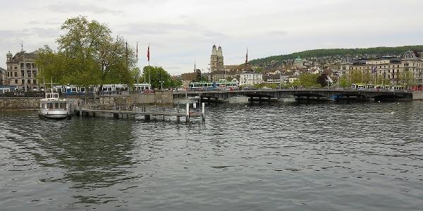 Blick vom Zürichsee zum Grossmünster.