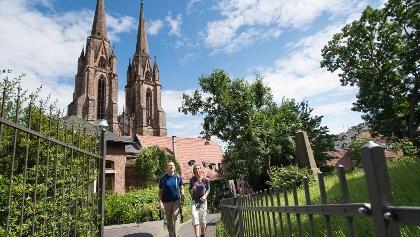 Am Michelchen, im Hintergrund die Türme der Elisabethkirche