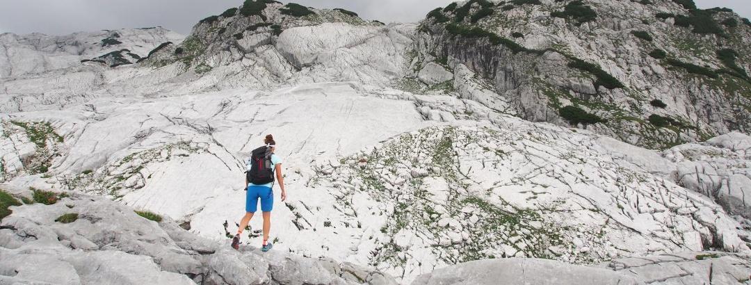 Karstplatten am Hochplateau: Neunerkogel (rechts), Zehner (Mitte) und Elfer (links daneben) im Überblick