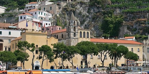 Rathaus von Amalfi von der Küste aus betrachtet